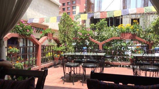 Hotel Tibet: Patio bar.