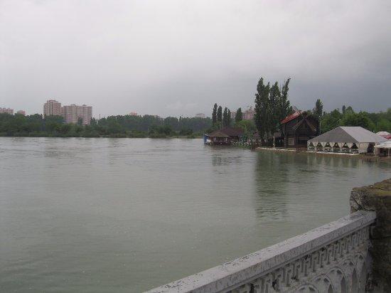 Сафари-парк: Я иду через мост к парку.
