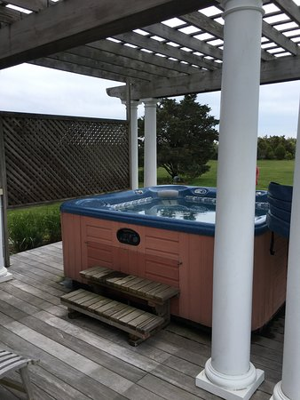Winnetu Oceanside Resort: Cape Pogue cottage hot tub