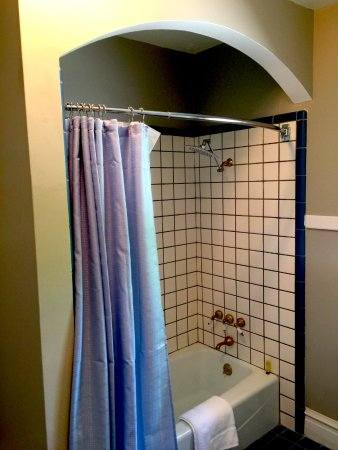 Lodi, Καλιφόρνια: Bordeaux Bathroom