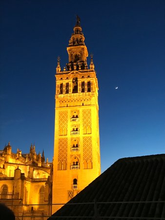 Hotel Dona Maria: Twilight rooftop view toward Cathedral