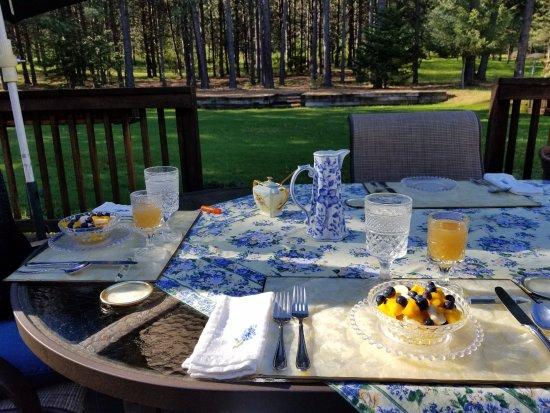 Ida-Home B&B: Breakfast on the deck