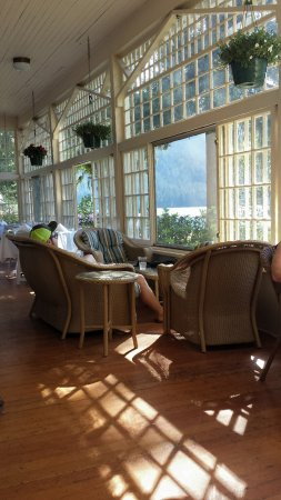 Lake Crescent Lodge: The lovely sun porch at the lodge
