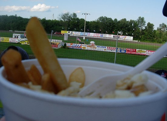 Long Sault, Canadá: Poutine, The Canadian Salad; from the Cornwall Speedway
