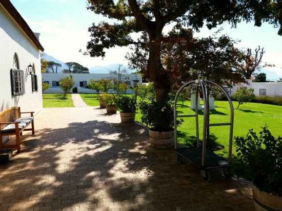 Constantia, Afrika Selatan: The cottage rooms in the distance