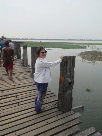Amarapura, Birmania: no railings in spots