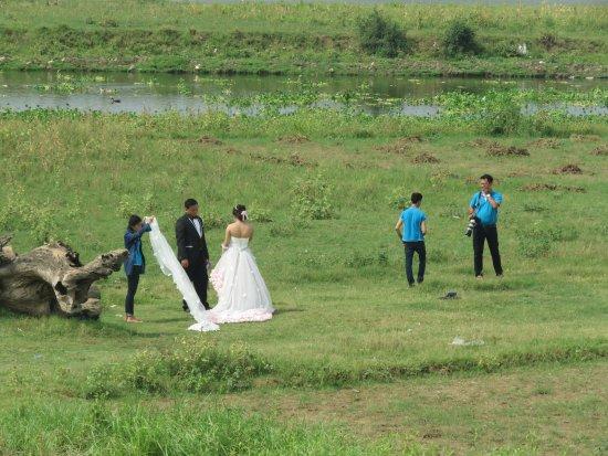 Amarapura, Birmania: a highland wedding beside the bridge