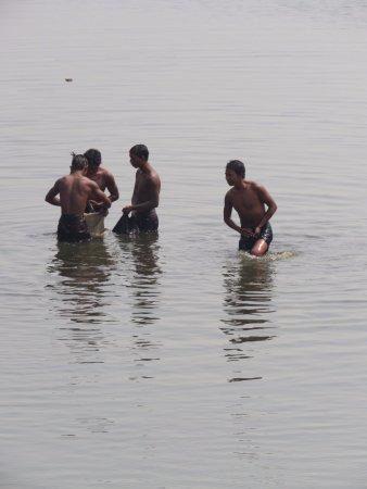 Amarapura, Birmania: locals hanging in the lake