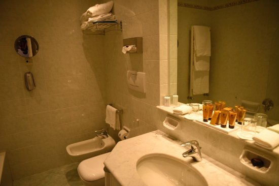 Grand Hotel Miramare: Big bathroom with full amenities.