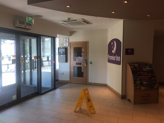 Premier Inn London Richmond Hotel: Front entrance