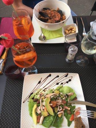 Easy Lounge Cafe: Сегодня прилетели в Италию!!! Первый ужин решили провести в уютном ресторанчике easylounge . Суп