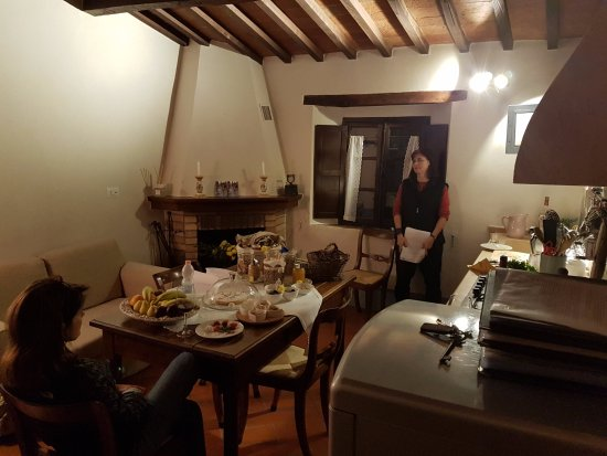 Agriturismo Cretaiole di Luciano Moricciani: Lounge and kitchenette with fireplace.