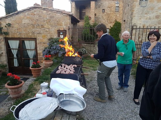 Agriturismo Cretaiole di Luciano Moricciani: Carlo braaiing for pasta evening, with all various guests in attendance