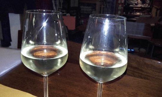 """La Cantina dello Zio Bramante : Vin blanc des Cinque Terre, léger, fruité, certains légerement """" frizante"""", doré, tous différent"""