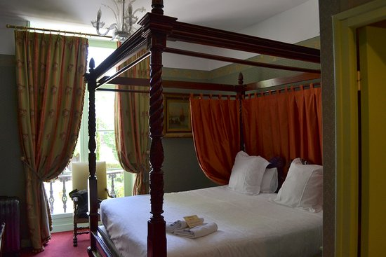 Chateau de Pray : Our royal bed in room 8