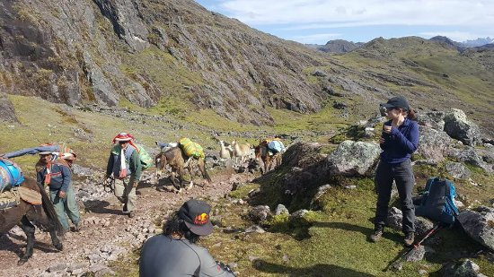 Lares Trek: The horsemen go by