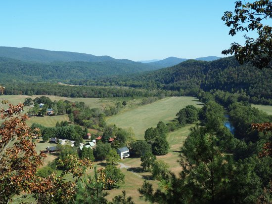 Millboro, Вирджиния: Fort Lewis Lodge from the top of our hike
