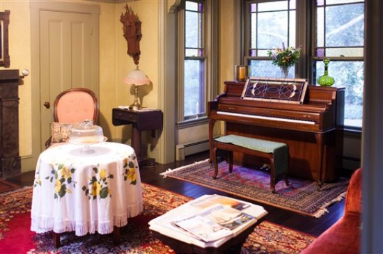 Beechwood Inn : Front Parlor