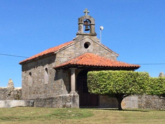Luces, Spain: Ermita propia en el jardín.