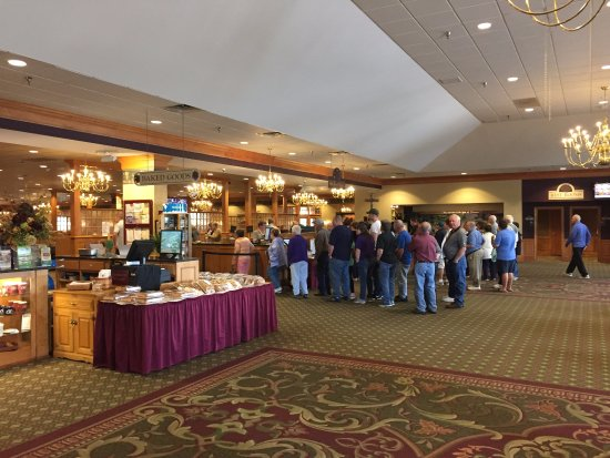 East Earl, PA: Line for entrance to the buffet