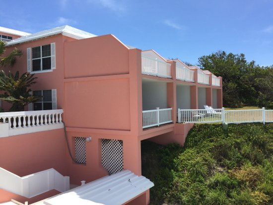 Pompano Beach Club: Deluxe Rooms adjacent to pool area