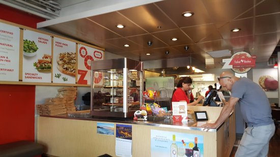 Claremont, Kalifornia: The interior is clean and there is a wide variety of delicious items available.