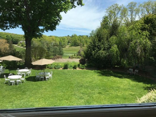 Chappaqua, نيويورك: The grounds, view from a table at the restaurant.