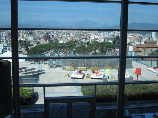 AC Hotel Palau de Bellavista: View of City (Girona) through Glass Windoews of Hotel