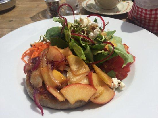 Cafe 3692: 'Bratwurstschnecke mit apfel-zwiebel-confit und grossem salat'
