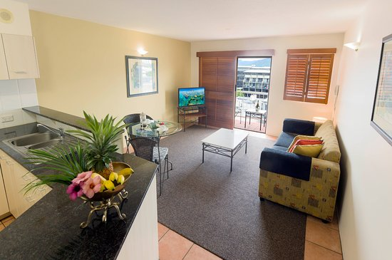 Inn Cairns Boutique Apartments: Kitchen/ Lounge room & Dining