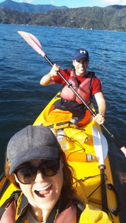 Anakiwa, Yeni Zelanda: Thoroughly enjoying ourselves in our well equipped kayak