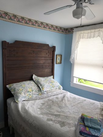 """The Gothic Inn: Lovely old antique furniture like my great aunt had. This mattress was extra """"firm"""""""