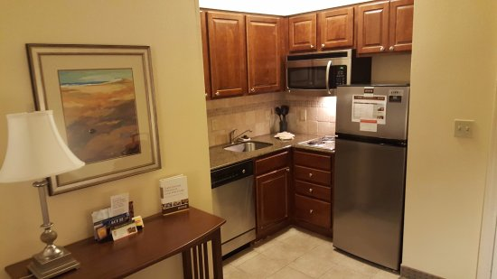 Staybridge Suites Lafayette-Airport : View of the kitchen