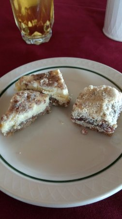 Sylvia Beach Hotel: Cheesecake and berry squares at breakfast!
