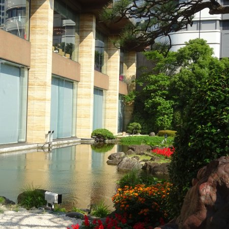 Garden pool by hotel picture of hotel new otani japanese for Garden pool tokyo