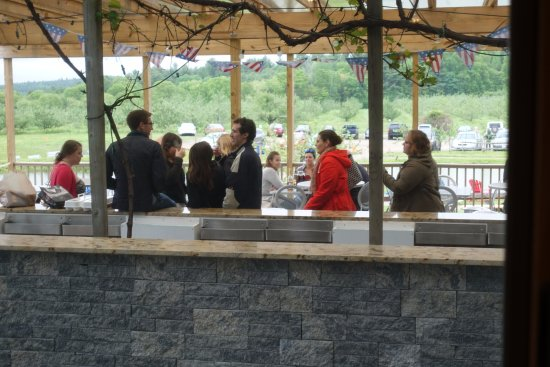 Bolton, Массачусетс: A view from the wine tasting bar to the outdoor bar.
