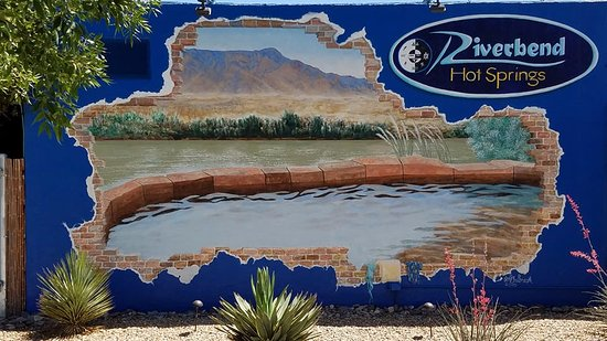 Riverbend Hot Springs: Mural on the wall of the hotel