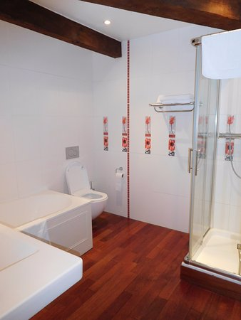 Les Cordeliers Bed and Breakfast: Bathroom with separate shower closet and bathtub