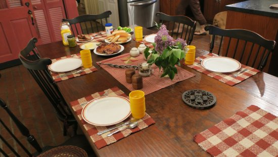 Reinholds, PA: Dining room table
