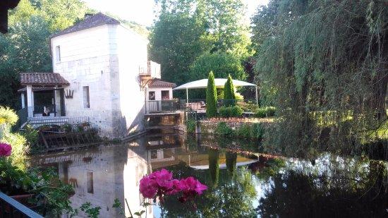 Le Moulin De Vigonac: le moulin vue de la terrasse du restaurant