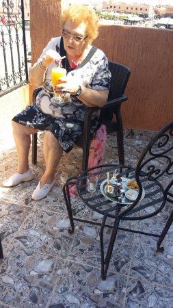 Hotel Ali: El primer zumo de naranja en la terraza.