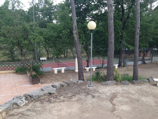 Saint-Paul-en-Foret, France: terrain de tennis