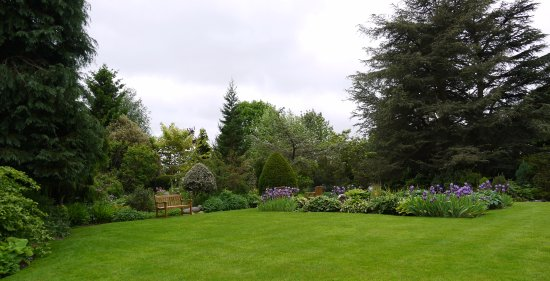 Baslow, UK: The gardens are delightful