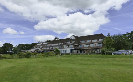 Tenterden, UK: London Beach Hotel view from the golf course