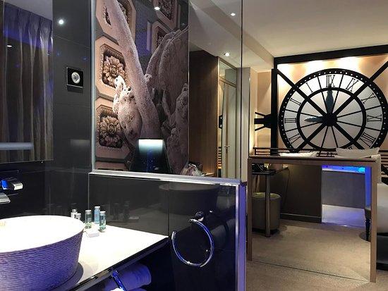 Hotel Design Secret de Paris: View of the room from the bathroom.