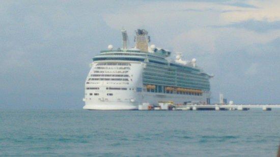 Malezya: Cruise Ship Outside Langkawi Island