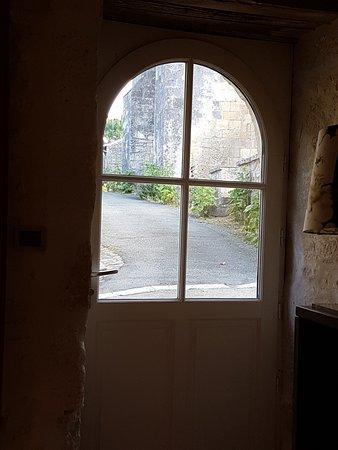 Saint Sauvant, Francia: Vue de la salle à manger et petit déjeuner