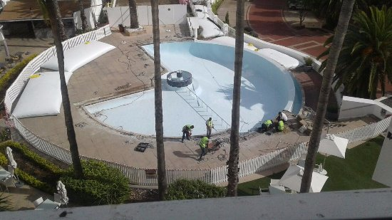 Bantry Bay, Sudáfrica: I see the pool at the President Hotel is being upgraded, can't wait to see the end result.