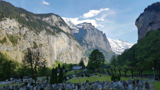 Lauterbrunnen Valley Waterfalls: Cimetière de Lauterbrunnen