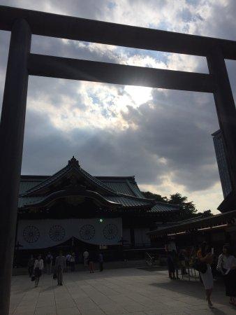 Yasukuni Shrine: 東京に来た際には毎回お参りさせて頂いている神社です。この日はとても人が多くてお天気も最高でした。賽銭箱の隣にはお供え物を置ける場所が設定してあるのでお酒やお花もお供え出来ます。 参拝は夜の18